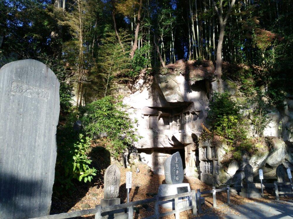 石碑と洞窟