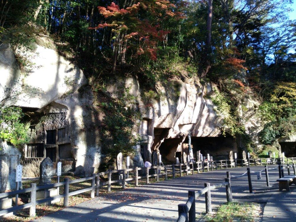 瑞巌寺参道の洞窟群